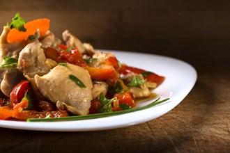 Rychlé dušené kuřecí maso s novými brambory