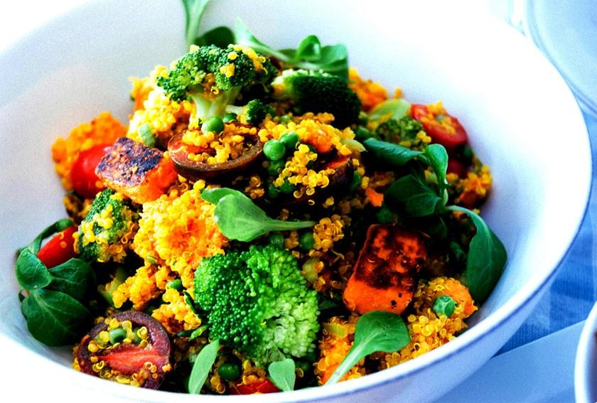 Salát ze sladkých brambor a kořeněné quinoi a brokolice