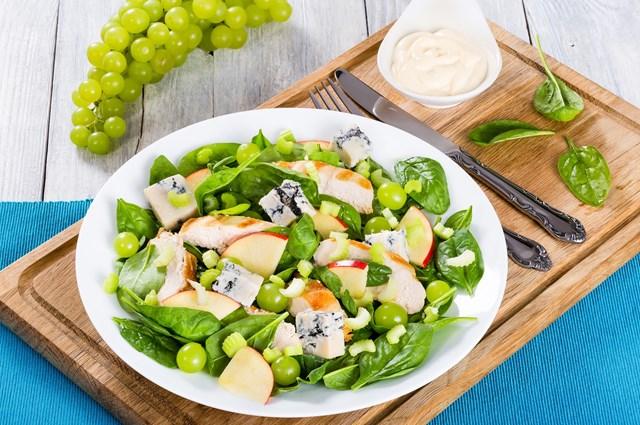 /recepty/salat-s-grilovanym-kurecim-spenatem-nivou-a-hrozny
