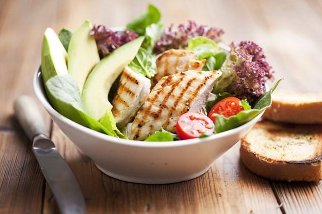 /recepty/salat-s-kuretem-avokadem-limetou-a-chilli