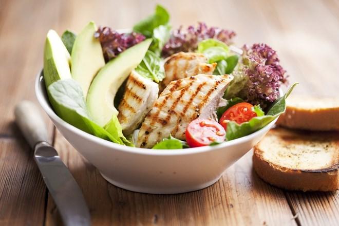 Kuřecí salát s avokádem, limetkou a bylinkovým máslem