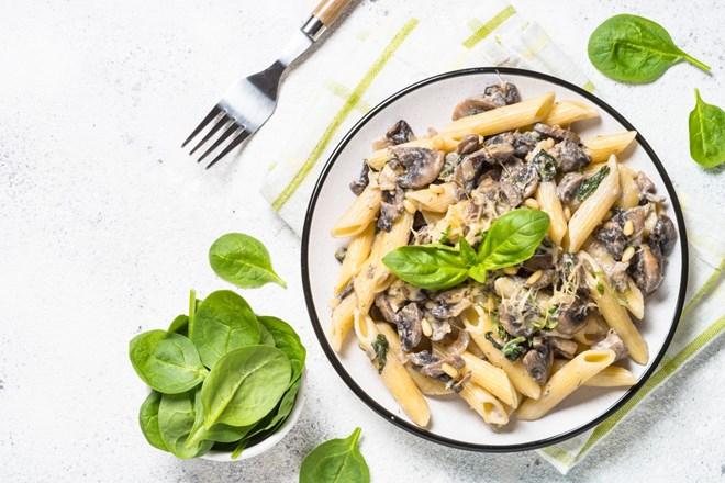 Těstoviny se špenátem a houbami